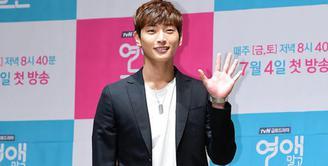 Selain punya wajah yang tampan, Jinwoon 2AM juga punya tinggi di atas rata-rata. Cowok kelahiran 2 Mei 1991 ini punya tinggi sekitar 185 cm. (Foto: koreaboo.com)