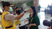 Pemeriksaan penumpang yang datang dari luar negeri yang baru saja tiba di Bandara Supadio Pontianak pada Rabu (6/2/2020)
