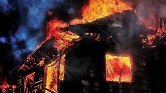 Demi Cinta, Pria Lamar Kekasih Meski Rumahnya Habis Terbakar