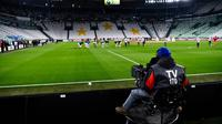 Para pemain berlatih sebelum laga Serie A antara Inter Milan dan Juventus di Allianz Stadium, Turin, Italia, Minggu (8/3/2020). Pertandingan yang dimenangkan Juventus 2-0 itu digelar tanpa penonton akibat kekhawatiran akan penyebaran virus corona (COVID-19). (Marco Alpozzi/LaPresse via AP)