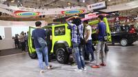 Sejumlah pengunjung terus mendatangi Suzuki Jimny untuk melihat lebih detail mobil tersebut. (Herdi Muhardi)
