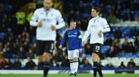 Wayne Rooney diantara dua pemain Atalanta saat timnya kebobolan gol pertama pada laga grup E Liga Europa di Goodison Park, Liverpool (23/11/2017). Everton kalah 1-5.(AFP/Oli Scarff)