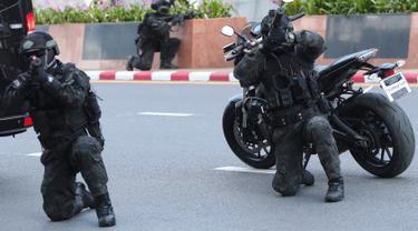 Tentara bersiap melakukan penyerbuan dalam simulasi anti-terorisme di provinsi Nonthaburi, Thailand, Selasa (29/10/2019). Simulasi tersebut latihan untuk antisipasi ancaman teorirsme menjelang Konferensi Tingkat Tinggi (KTT) ke-35 ASEAN akan digelar di Thailand pada 2-4 November. (AP/Sakchai Lalit)