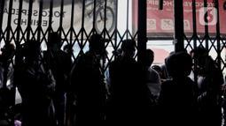 Warga antre menunggu giliran untuk memasuki toko sepeda di Kramat Jati, Jakarta, Minggu (21/6/2020). Dalam sebulan terakhir, penjualan sepeda di Ibu Kota meningkat tajam seiring minat dan tren warga yang melonjak menggunakan transportasi gowes itu di masa pandemi. (merdeka.com/Iqbal Nugroho)