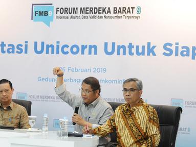 Menkominfo Rudiantara (tengah), Ketua Dewan Komisioner OJK Wimboh Santoso (kanan) dan Kepala BKPM Thomas Lembong  dalam diskusi Forum Merdeka Barat (FMB) 9 bertajuk 'Investasi Unicorn untuk Siapa?' di Jakarta, Selasa (26/2). (Liputan6.com/Herman Zakharia)