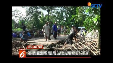 Angin puting beliung di Blitar Jawa Timur, hancurkan delapan rumah warga dan satu bangunan sekolah.