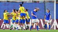 Pemain Brasil merayakan gol penalti Marta ke gawang Italia. (AFP/Denis Charlet)