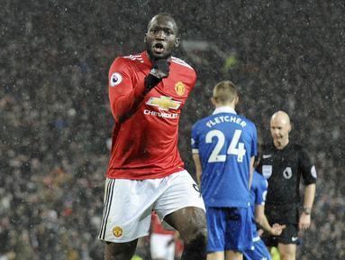 Striker Manchester United, Romelu Lukaku, melakukan selebrasi usai mencetak gol ke gawang Stoke City pada laga Premier League di Old Trafford, Senin (15/1/2018). Manchester United menang 3-0 atas Stoke City. (AP/Rui Vieira)