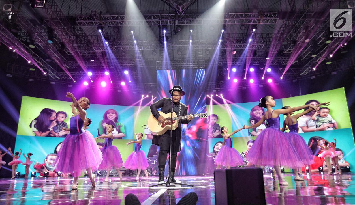 """Penampilan Virgoun pada malam puncak HUT ke-28 SCTV di ICE BSD, Tangerang Selatan, Jumat (24/8). Dihadapan penonton Virgoun membawakan lagu berjudul """"Bukti"""". (Liputan6.com/Faizal Fanani)"""