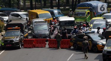 FOTO: Kendaraan Menuju Depok Tertahan di Pos Penyekatan PPKM Darurat