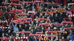 Suporter Liverpool memberikan dukungan saat klub kesayangannya melawan Spartak Moskow pada laga Liga Champions di Stadion Anfield, Liverpool, Rabu (6/12/2017). Liverpool menang 7-0 atas Spartak. (AP/Rui Vieira)