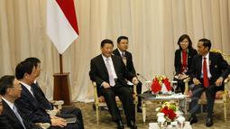 Presiden Indonesia, Joko Widodo (kanan) berbincang dengan presiden Tiongkok, Xi Jinping saat melakukan pertemuan bilateral di area penyelenggaraan KTT Asia Afrika 2015, di Jakarta Convention Center, Rabu (22/4/2015). (Liputan6.com/Herman Zakharia)