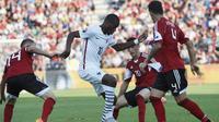 Salah satu aksi gelandang Perancis, Geoffrey Kondogbia (tengah), pada pertandingan persahabatan melawan Albania, di Stadion Qemal Stafa, Elbasan, 13 Juni 2015. ( AFP PHOTO / LOIC VENANCE)