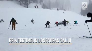 Tim penyelamat menemukan korban berada di bawah tumpukan salju.