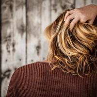 Ikuti tips sederhana ini untuk jadikan rambut ikal tanpa alat catok. (Foto: Unsplash)