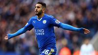 1. Riyad Mahrez, menurut Daily Express, Arsenal dan Chelsea terus mengupayakan untuk mendatangkan gelandang kreatif Leicester ini. Beberapa waktu lalu pria Algeria ini terlihat berada di London namun belum diketahui apa tujuannya. (EPA/Tim Keeton)