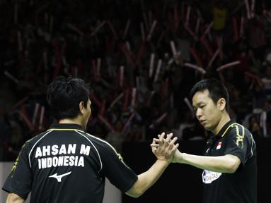 Ganda putra Indonesia, Mohammad Ahsan / Hendra Setiawan, merayakan kemenangan atas ganda China pada Indonesia Masters 2019 di Istora Senayan, Jakarta, Sabtu (26/1). Ahsan / Hendra lolos ke final. (Bola.com/Yoppy Renato)