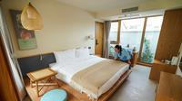 Seorang staf merapikan tempat tidur di Hotel Gusu Yard di Suzhou, Provinsi Jiangsu, China Timur (29/7/2020). Hotel Gusu Yard, sebagai nama penginapan berkualitas tinggi, telah mendirikan empat cabang di kota tersebut dan berencana membangun lebih dari 80 cabang baru di masa mendatang. (Xinhua/Li Bo)