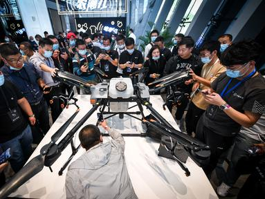 Pengunjung melihat T30, drone perlindungan tanaman baru DJI, usai upacara peluncuran produk di Shenzhen, Provinsi Guangdong, China selatan (9/11/2020). DJI, perusahaan produsen drone China, meluncurkan dua drone perlindungan tanaman baru, yakni T30 dan T10, di Shenzhen. (Xinhua/Mao Siqian)