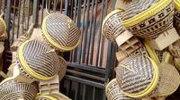 Dengan pengerjaan yang telaten dan bahan yang menunjang, terlihat beberapa produk hasil olah tangan kerajinan anyaman bambu masyarakat Selaawi, Garut, Jawa Barat (Liputan6.com/Jayadi Supriadin)