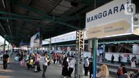 Calon penumpang menunggu kedatangan kereta api di Stasiun Manggarai, Jakarta, Rabu (9/10/2019). Kasubag Humas Direktorat Jenderal Perkeretaapian Kemenhub Supandi mengatakan pelayanan KA jarak jauh rencananya akan dipindahkan dari Stasiun Gambir ke Stasiun Manggarai. (merdeka.com/Iqbal S. Nugroho)