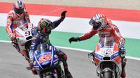 Pebalap Ducati, Andrea Dovizioso, bersama pebalap Yamaha Movistar, Maverick Vinales, merayakan keberhasilan memenangi balapan MotoGP Italia di Sirkuit Mugello, Minggu (4/6/2017). (AFP/Tiziana Fabi)