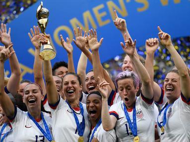 Para pemain Amerika Serikat merayakan gelar juara Piala Dunia Wanita 2019 usai mengalahkan Belanda pada laga final di Stadion Lyon, Lyon, Minggu (7/7). AS menang 2-0 atas Belanda. (AFP/Christophe Simon)