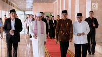 Presiden Joko Widodo bersama rombongan berjalan di lorong usai menunaikan ibadah Salat Jumat di Masjid Istiqlal, Jakarta, Jumat (2/3). (Liputan6.com/Pool/Biro Pers Setpres)