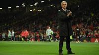 Pelatih Manchester United, Jose Mourinho bertepuk tangan usai pertandingan melawan Tottenham Hotspur pada lanjutan Liga Inggris di Old Trafford, (27/8). MU kalah telak atas tottenham 3-0. (AFP Photo/Oli Scarff)
