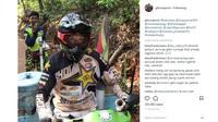 Graham Jarvis saat mengendarai motor penjual bakso pentol di sela perjalanannya saat adventure di daerah Banjarbaru, Kalimantan (IG:@gforcegarvis)
