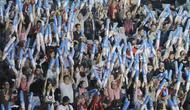 Kemeriahan fans Indonesia saat menyaksikan Blilbli Indonesia Open 2018 di Istora Senayan, Jakarta, Minggu, (8/7/2018). Indonesia memborong dua gelar melalui Kevin/Marcus dan Tontowi Ahmad/Liliyana Natsir. (Bola.com/M Iqbal Ichsan)