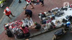 Pedagang kaki lima menjajakan dagangannya di trotoar kawasan Kebayoran Lama, Jakarta, Jumat (15/5/2020). Kondisi ini menyulitkan pejalan kaki yang akan melintasi trotoar di kawasan tersebut. (Liputan6.com/Helmi Fithriansyah)