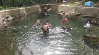 Warga sekitar mandi pagi di mata air Situ Cibulakan, beberapa di antaranya bahkan menginap di tenda. Foto: (Yandhi Deslatama/Liputan6.com)