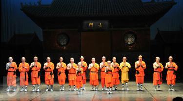 Biksu Shaolin memberi hormat kepada penonton dalam acara Shaolin Warriors, Jakarta, (18/2). Pertunjukkan akan diadakan mulai dari tanggal 19-21 Februari 2016. (Liputan6.com/Yoppy Renato)