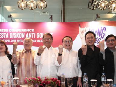 Para pengusaha bersama Menteri Komunikasi dan Informatika Rudiantara (tengah) dan Kepala Bekraf, Triawan Munaf (kedua kanan) menunjukkan jari kelingking seusai memberikan keterangan program Klingking Fun bertajuk Pesta Diskon Anti Golput di Jakarta, Senin (15/4). (Liputan6.com/Angga Yuniar)
