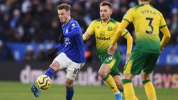 Gelandang Leicester, James Maddison, mengontrol bola saat melawan Norwich pada laga Premier League di Stadion King Power, Leicester, Sabtu (14/12). Kedua klub bermain imbang 1-1. (AFP/Oli Scarff)