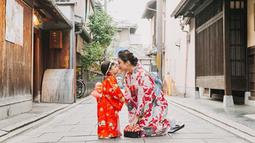 Berlibur ke negeri sakura, Chelsea dan Nastusha terlihat kompak mengenakan busana tradisional Jepang. (Liputan6.com/IG/chelseaoliviaa)