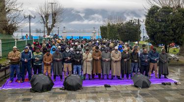 Para pria muslim memanjatkan doa pada peringatan Isra Miraj di Masjid Hazratbal, Srinagar, Kashmir, India, Jumat (12/3/2021). Ribuan muslim Kashmir berkumpul di Masjid Hazratbal yang menyimpan janggut Nabi Muhammad. (AP Photo/Dar Yasin)