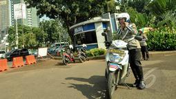 Polisi wanita (polwan) mulai mengenakan jilbab saat bertugas di pelataran Silang Monas, Jakarta, Jumat (27/3/2015). Polwan di seluruh Indonesia akhirnya diperbolehkan mengenakan jilbab. (Liputan6.com/Faizal Fanani)