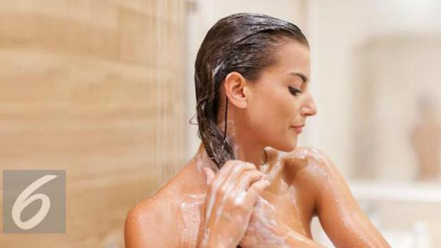 Berikut manfaat madu untuk keindahan rambut yang digunakan saat keramas.  (Foto  Istockphoto) cf196c18de