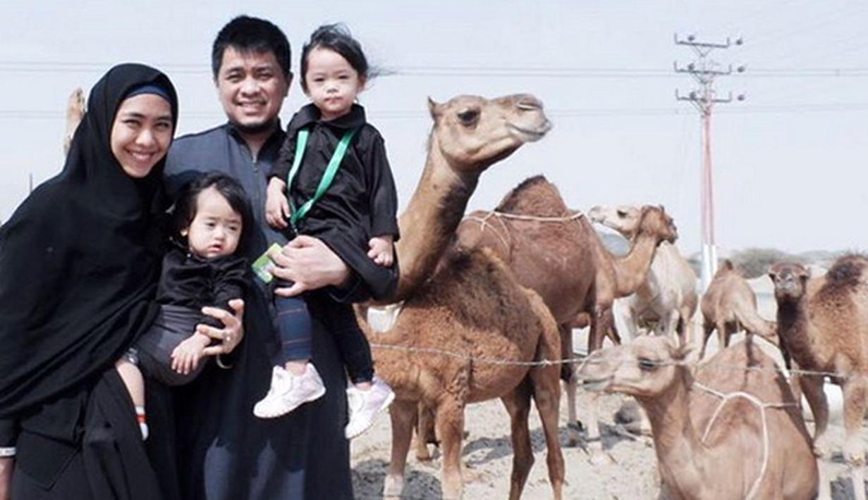 Sudah menjadi keinginan Oki Setiana Dewi sejak lama mengajak keluarga umrah bersama. Dua hari lalu, Oki baru saja tiba di Tanah Air usai menjalankan ibadah umrah bersama kedua putrinya dan suami. (Instagram/okisetianadewi)