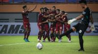 Gelandang Borneo FC, M. Sihran H. Amarullah merayakan gol pertama tim bersama rekannya dalam laga pekan pertama BRI Liga 1 2021/2022 antara Borneo FC melawan Persebaya Surabaya di Stadion Wibawa Mukti, Cikarang, Sabtu (04/09/2021) WIB. (Bola.com/Bagaskara Lazuardi)