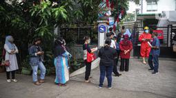 Warga antre untuk menjalani tes usap PCR COVID-19 di Puskesmas Kecamatan Duren Sawit, Jakarta, Kamis (22/7/2021). Peningkatan testing dan tracing di wilayah padat penduduk diharapkan bisa mempercepat upaya memutus mata rantai penyebaran COVID-19. (Liputan6.com/Faizal Fanani)
