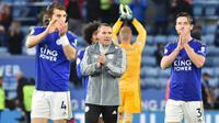 Manajer Leicester City Brendan Rodgers (tengah) dan pemainnya Caglar Soyuncu (kiri) serta Ben Chilwell (kanan) usai menghadapi Newcastle United pada pertandingan Liga Inggris di Stadion King Power, Leicester, Inggris, Minggu (29/9/2019). Leicester membantai Newcastle 5-0. (AP Photo/Rui Vieira)