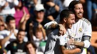Gelandang Real Madrid, Eden Hazard, merayakan gol yang dicetaknya ke gawang Granada pada laga La Liga Spanyol di Stadion Santiago Bernabeu, Madrid, Sabtu (5/10). Madrid menang 4-2 atas Granada. (AFP/Pierre-Philippe Marcou)