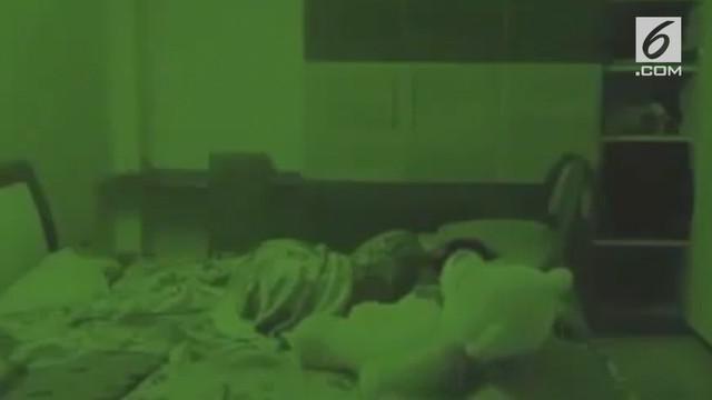 Aksi sebuah boneka yang tiba-tiba memeluk pemiliknya saat tidur terekam CCTV.