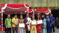 Mendikbud bersama Tiga siswa asal SMAN 2 Palangkaraya, Kalimantan tengah