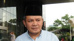 Anggota DPR RI dari Fraksi Demokrat, Khatibul Umam Wiranu berjalan usai diperiksa oleh penyidik KPK, Jakarta, Kamis (12/4). Khatibul diperiksa sebagai saksi tersangka Anggota DPR RI, Markus Nari. (Merdeka.com/Dwi Narwoko)