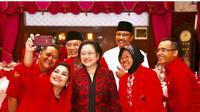 Gus Ipul dan Puti Guntur Soekarno foto bersama Megawati Soekarnoputri (Liputan6.com/Dian Kurniawan)