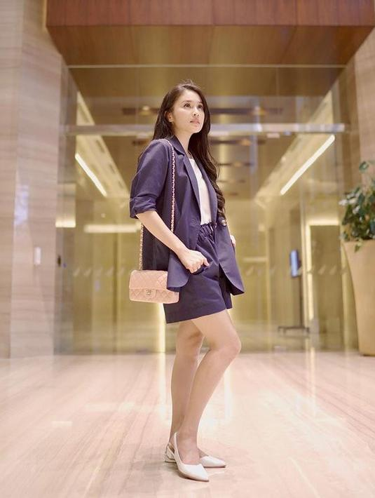Sandra Dewi tampil cantik dengan mengenakan setelan berwarna biru. Ia menyempurnakan penampilannya dengan tas kecil dan sepatu warna putih. (Foto: instagram.com/sandradewi88)